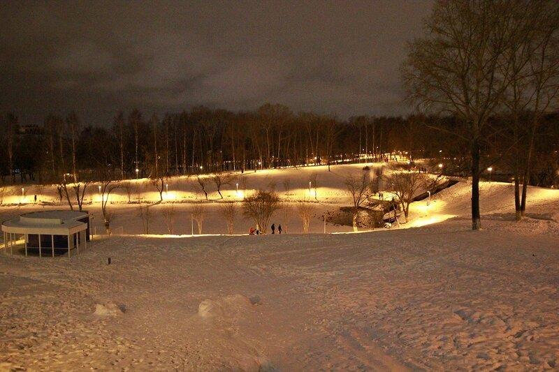 Замёрзший нижний пруд в ночном освещении. Вид от строящегося Хилтона.