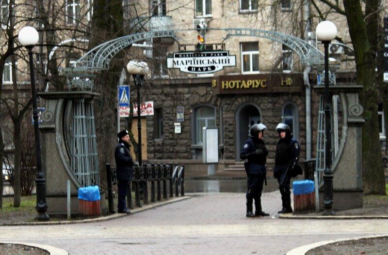Вход в Мариинский парк под охраной спецназа