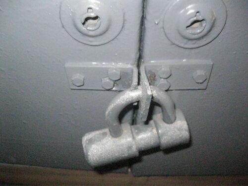 Фото 4. На дверях этажного щита одна из проушин подпилена, поэтому щит фактически открыт, несмотря на наличие навесного замка.
