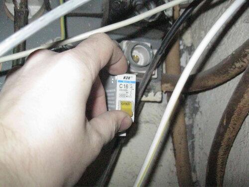 Фото 5. Автоматический выключатель квартиры в этажном щите находится в положении «Отключено».