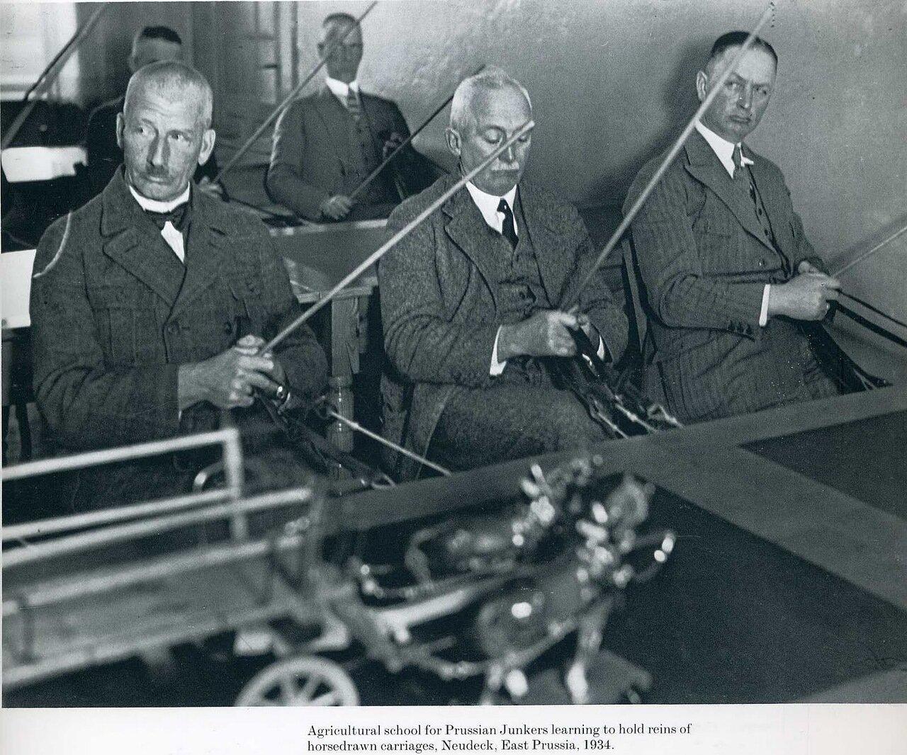 1934. Сельскохозяйственная школа для прусских юнкеров обучает правилам пользования вожжами