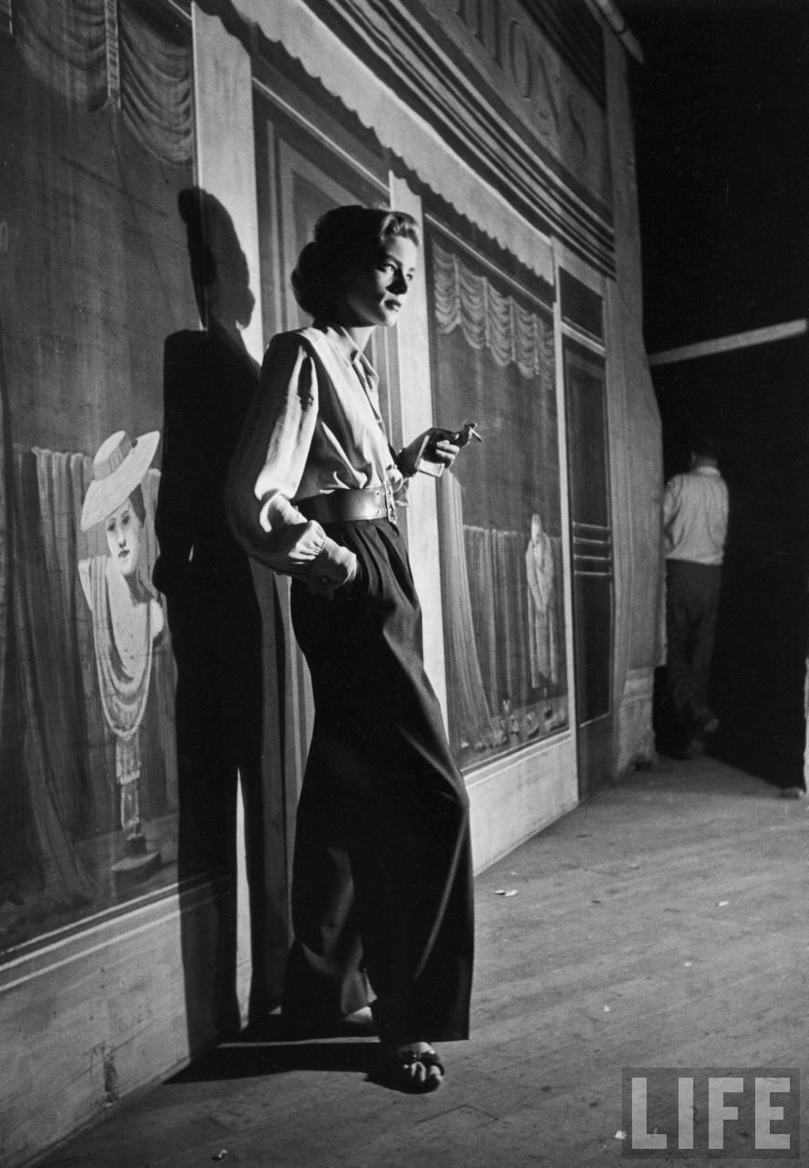 1949. Лорен Бэколл курит сигарету на съемках фильма «Трубач»