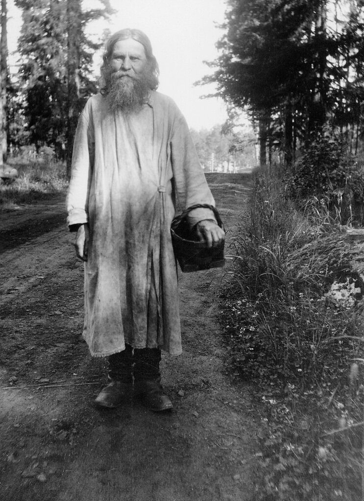 Монах с берестяной корзиной