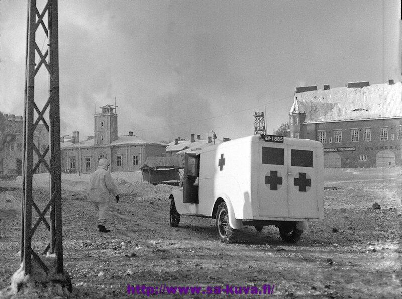 Punaisen Ristin ambulansseja Sortavalassa.