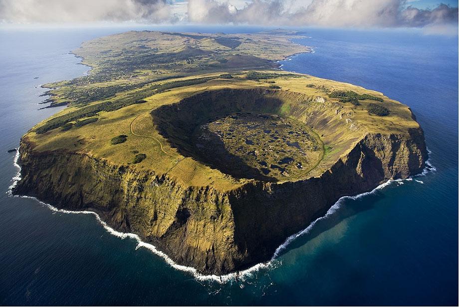 26. Рано Кау, вулкан в национальном парке Рапа-Нуи на Острове Пасхи. Это вулкан, расположенный на юг