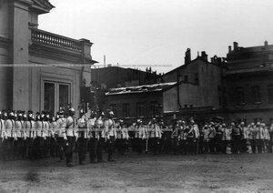 Император Николай II,  свита  и офицеры полка  в день полкового праздника отдают честь полковым штандартам.