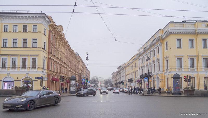 Напротив портика Михайловская улица и вдалеке - Русский музей.