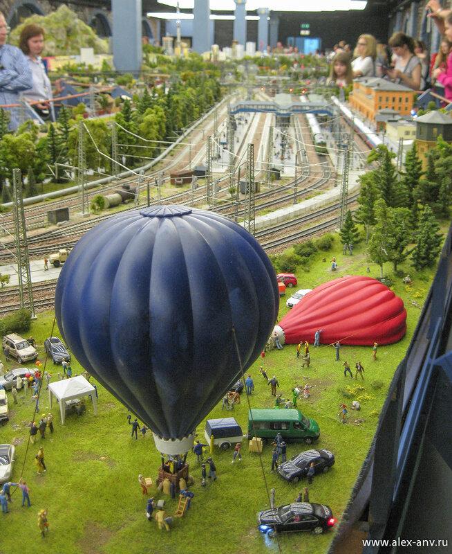 Пока некоторые человечки бастуют против неподобающего поведения посетителей, эти ребята решили полетать на воздушных шарах.