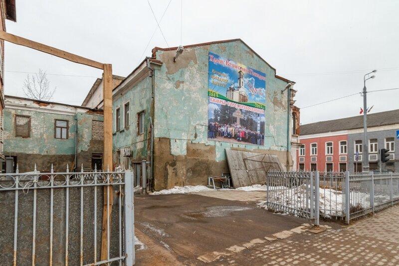 Старый дом по ул.Кирова, справа - Кимрский краеведческий музей, Кимры