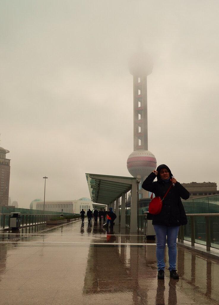 Фото 10. Отдых в Китае. Достопримечательности Шанхая. Телевизионная башня Oriental Pearl TV Tower (Жемчужина Востока) покрыта облаками
