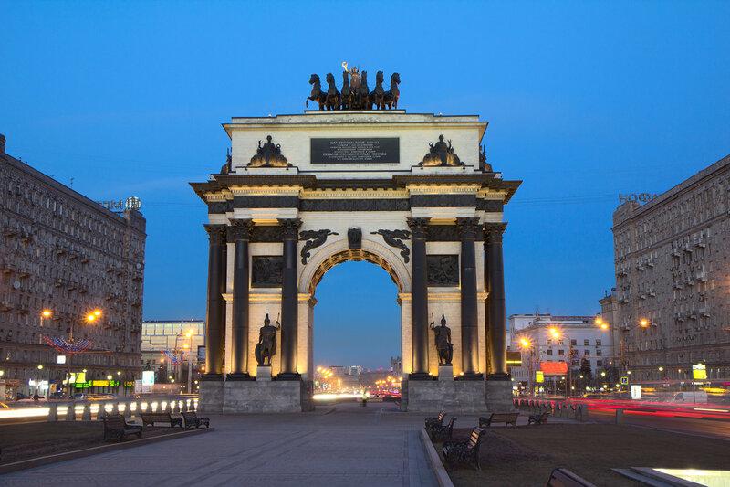 Триумфальная арка. Вечер.