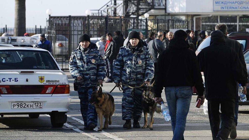 Кинологи со служебными собаками в круглосуточном режиме заняты поиском взрывчатых веществ (4)