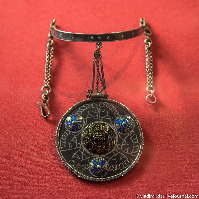Колье «Мудрость». Манаба Магомедова.1957. . Золото, серебро, перегородочная эмаль, чернь. Частное собрание.