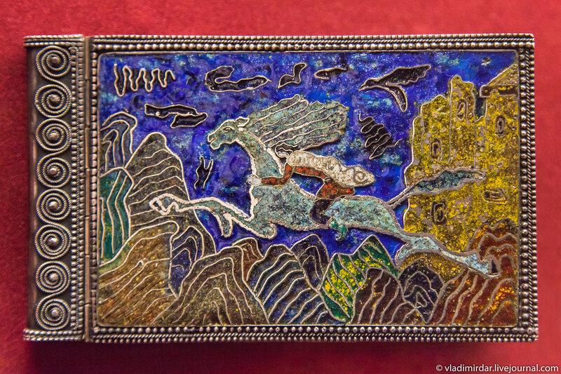 Миниатюрная книга Николоза Бараташвили «Мерани». Манаба Магомедова. 1967. Серебро; гравировка, перегородчатая эмаль, скань. Частное собрание.