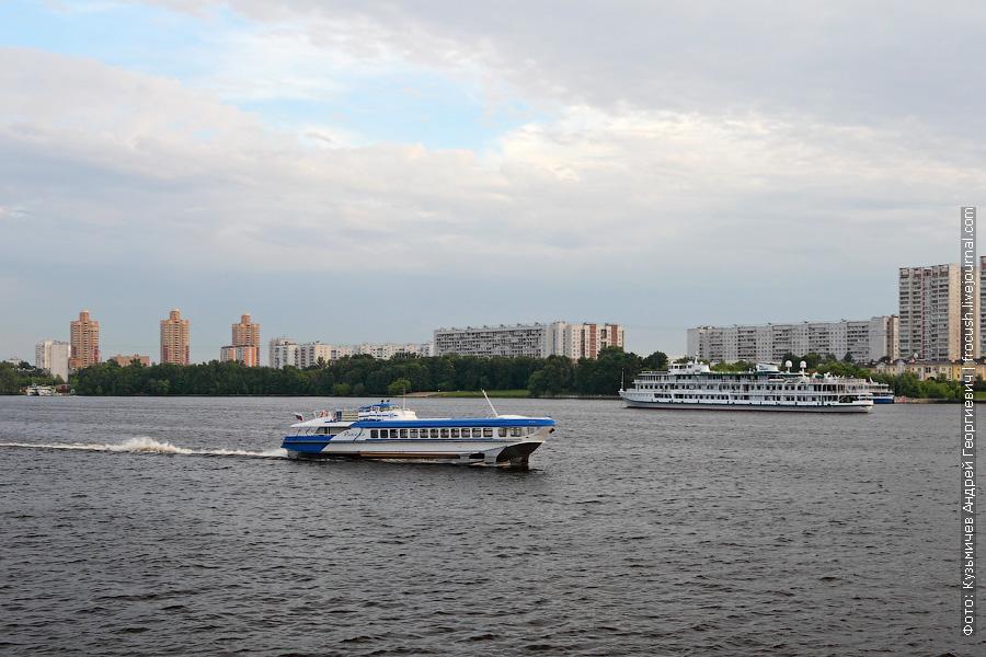 16 июня 2013 года. Летящая по Химкинскому водохранилищу «Ракета-185» и теплоход «Волга Дрим»