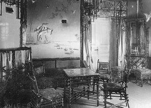 Комната ожидания с бамбуковой мебелью, отделанная в псевдо-китайском стиле.