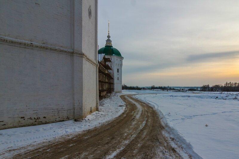 Угловая северо-западная башня и Граненая башня Николо-Пешношского монастыря