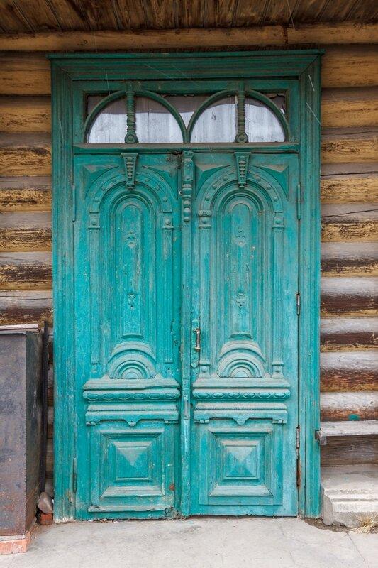 Двери деревянного дома по ул. Кирова