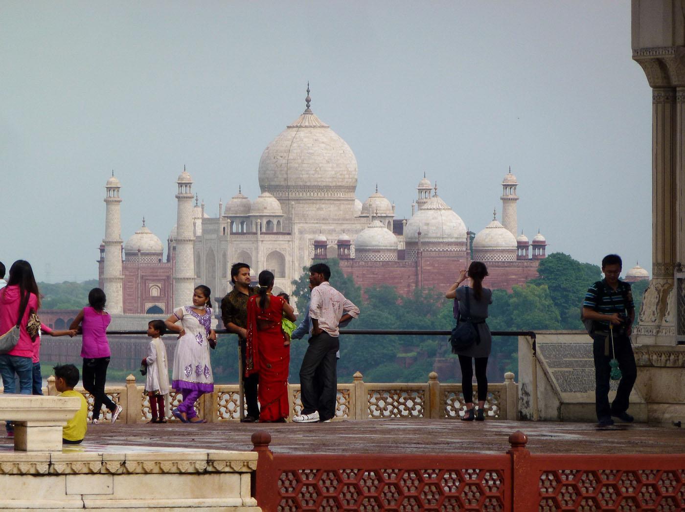 Фотография 12. Вид на прекрасный Тадж-Махал со стороны Красного форта. Золотой треугольник Индии, Агра.