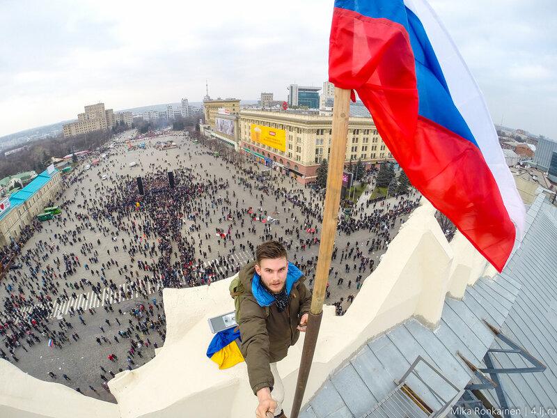 русский флаг над Харьковом