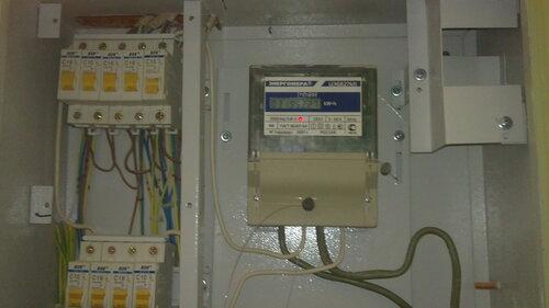 Фото 2. Верхняя линейка автоматических выключателей квартирного щита. Обратите внимание на светящийся диод электросчётчика - электроснабжение квартиры не прервалось за исключением одной группы.