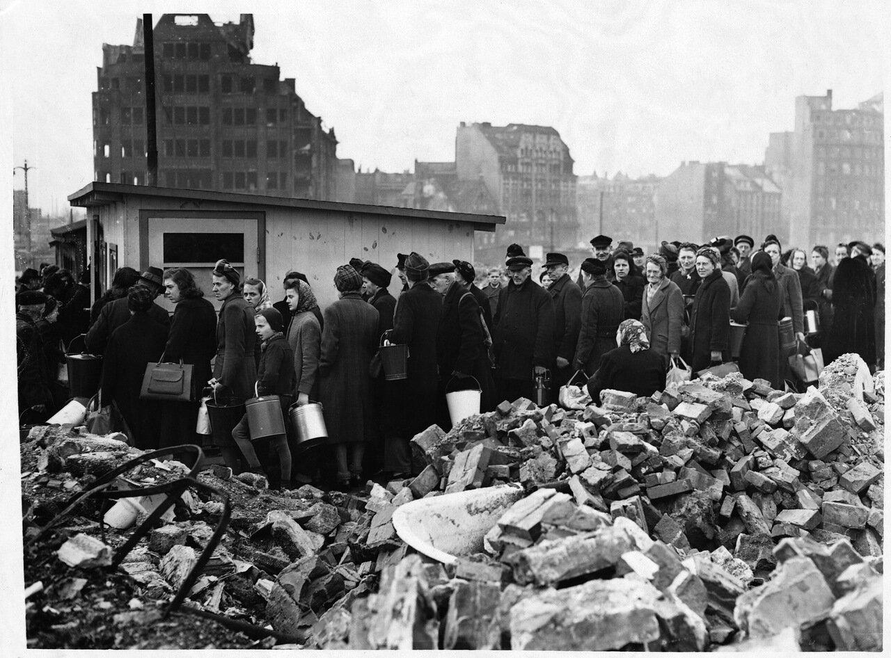 1946. Голодающие жители Гамбурга, 26 марта