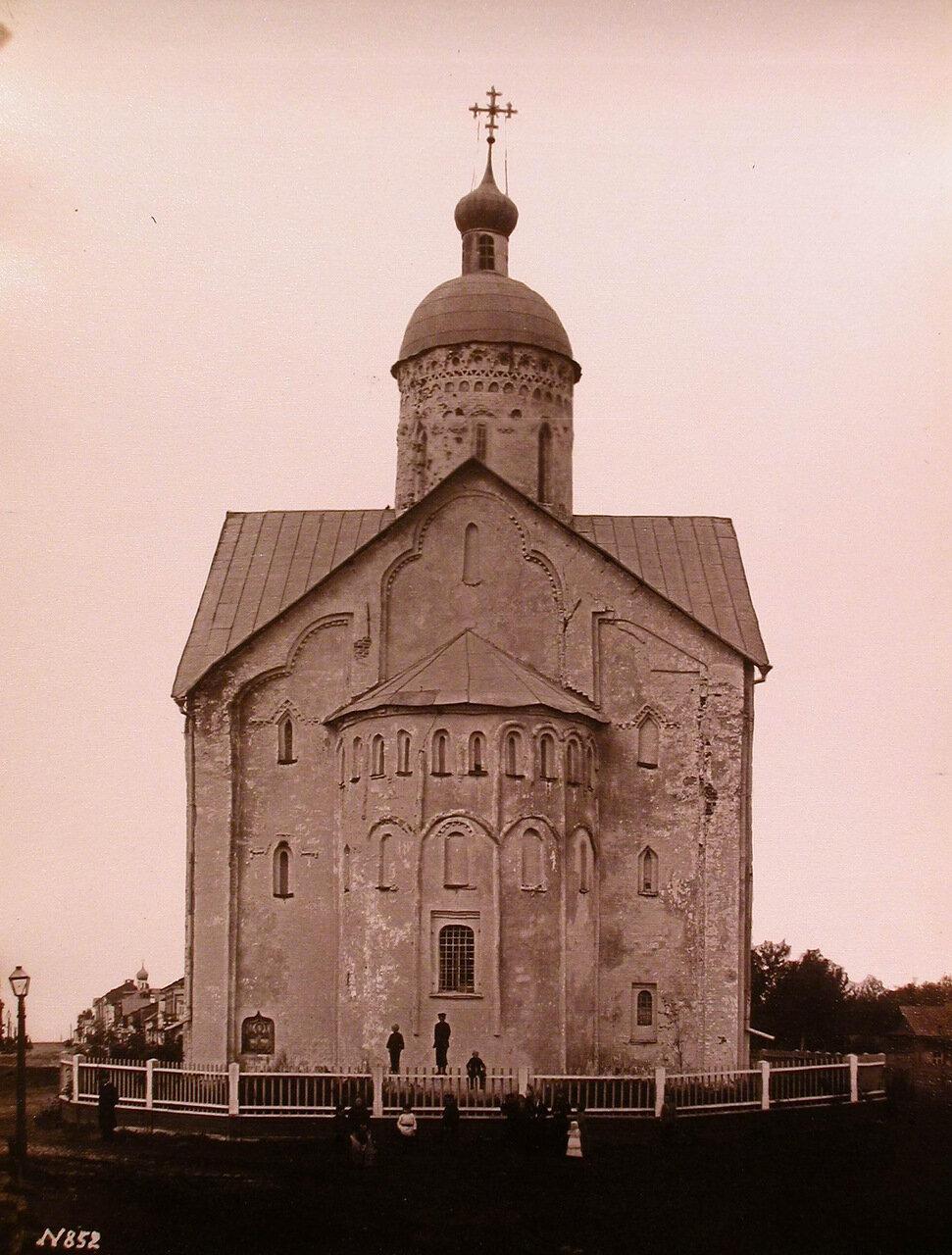 Вид восточного фасада церкви Спаса Преображения на Ильине ( построена в 1374-1378 гг.)