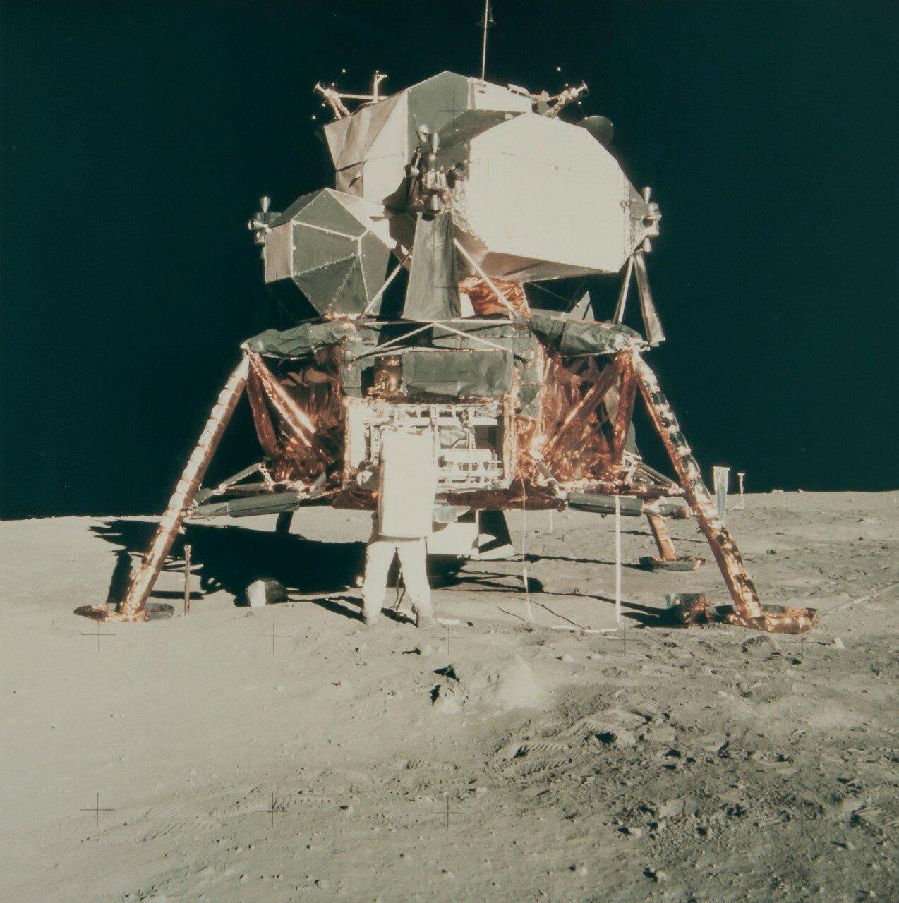 Пока Олдрин осваивался на поверхности, Армстронг поменял широкоугольный объектив телекамеры лунного модуля на объектив с более длинным фокусным расстоянием. На снимке: Базз Олдрин возле лунного модуля «Орел»