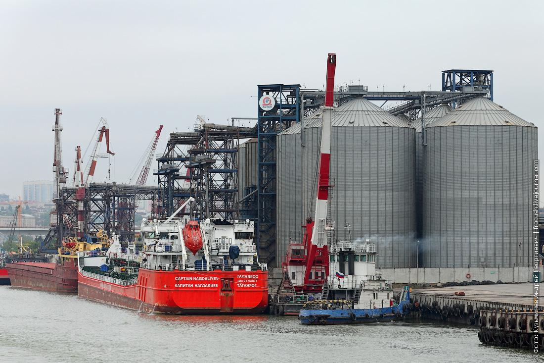 Грузовой порт Ростова-на-Дону. Танкер-продуктовоз «Капитан Нагдалиев» (2011 года постройки). Справа стоит «Портовый-22» (1991 года постройки)