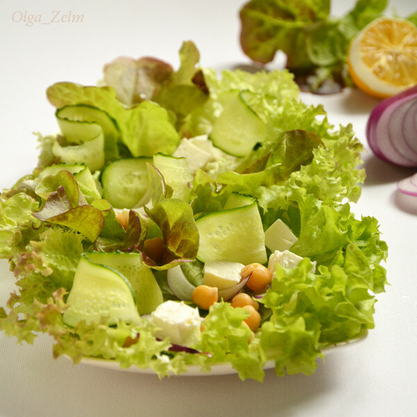 Листовой салат с нутом