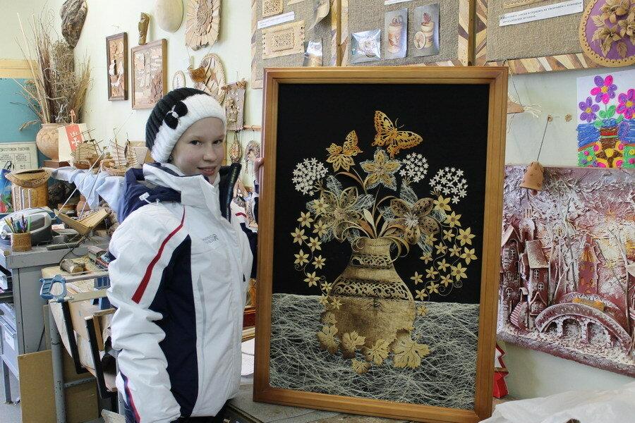 Юля громова и ее картина из бересты.