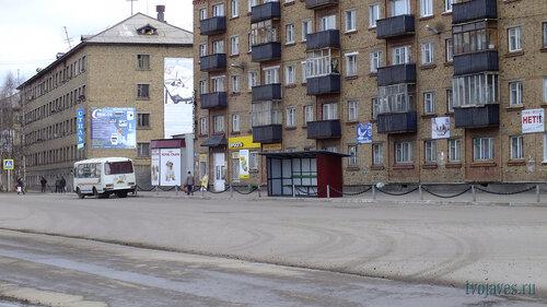 Фотография Инты №6702  Теперь на площади Комсомольсаая установлена крытая автобусная остановка и возле дома Кирова 31 22.05.2014_13:54