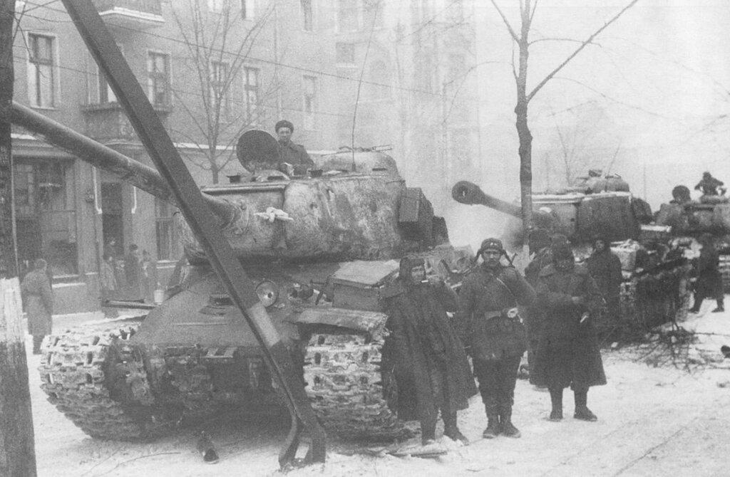 Советские тяжелые танки ИС-2 на улицах освобожденной Познани. Рядом с танками отдыхающие танкисты и солдаты. 1-й Белорусский фронт. Февраль 1945