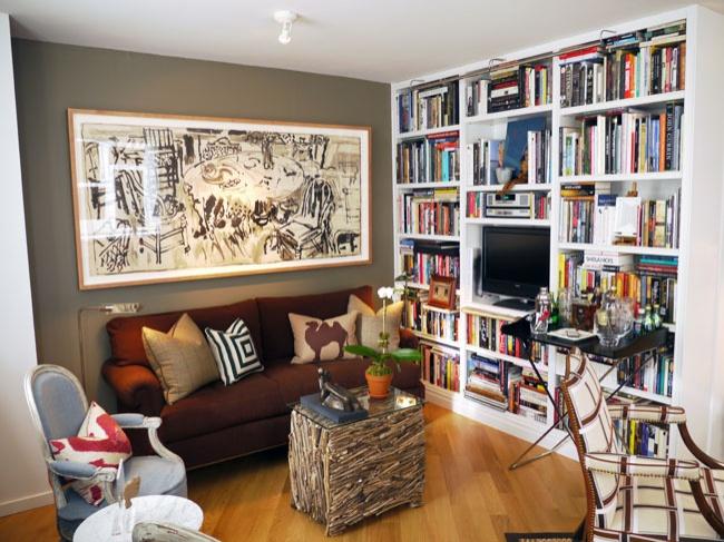Очень простой ифункциональный прием— книжные полки или шкафы отпола допотолка. Они кажутся огром