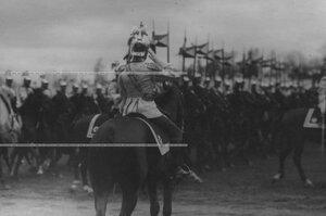 Кирасиры проходят церемониальным маршем мимо императора Николая  II на параде полка.
