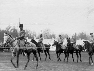 Великий князь Николай Николаевич, командир полка генерал-майор Ф.А.Келлер и командир гвардейского корпуса  генерал-лейтенант В.Н.Данилов на смотре полка.
