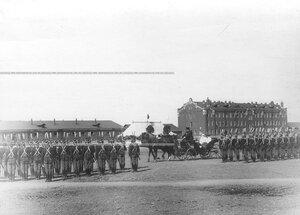 Шеф полка великая княгиня Мария Павловна  в коляске проезжает мимо почетного караула во время смотра Драгунского полка .