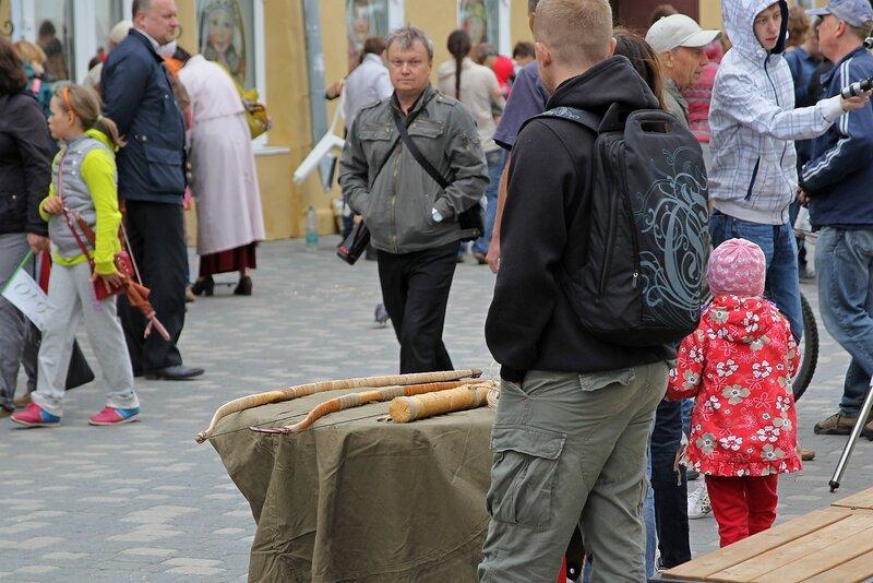 Вятский Арбат: мастер продаёт самодельные луки и стрелы