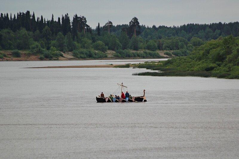 новгородский ушкуй сел на мель посреди Вятки