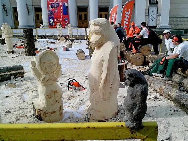 Маша и медведь со своим пластилиновым прототипом  (мастер Яковлев Виктор Егорович, п. Ува) - скульптура конкурса «Лесная сказка»