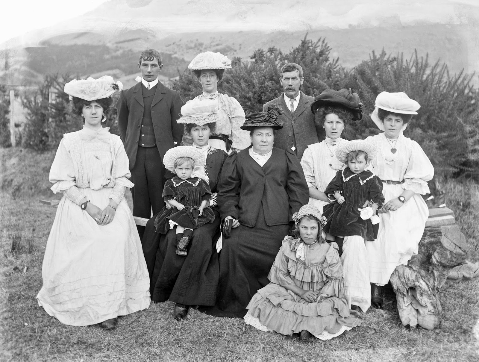 Adam MacLay - Family group including children in the countryside, 1905-26.jpg