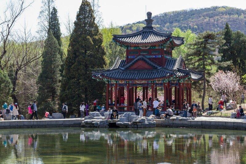 Беседка на берегу озера Яньцзин, парк Сяншань, Пекин