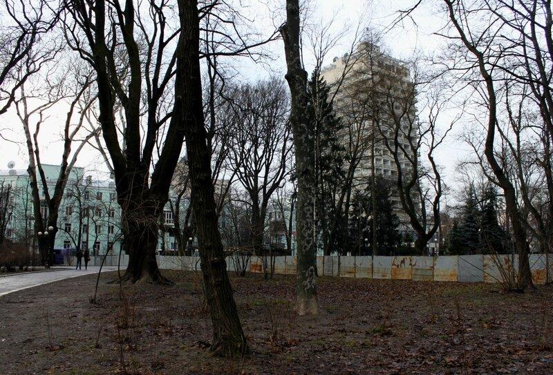 Металлический забор в Мариинском парке