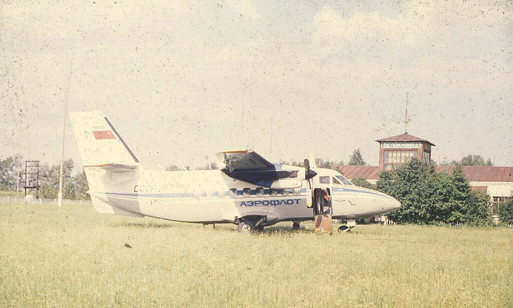 Самолет Аэрофлота Л-410 на аэродроме в Белокурихе