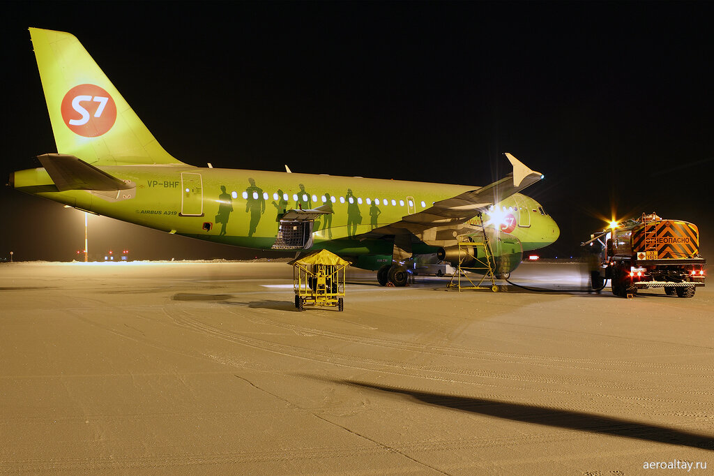 Погрузка багажа на рейс 216 в Москву в аэропорту Горно-Алтайска