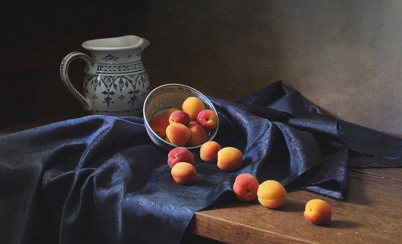 С абрикосами и кувшинчиком