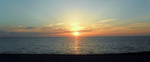 На закате, у моря