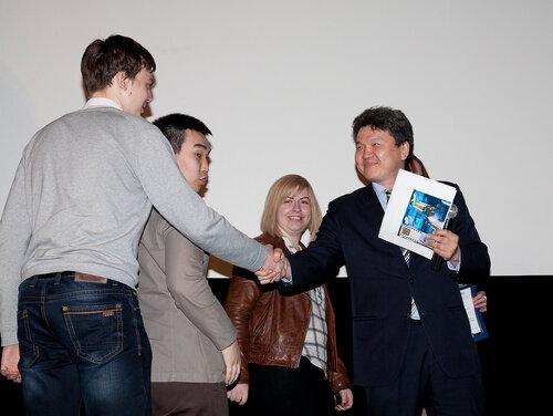 Победителей кинофестиваля награждает член жюри Ю. П. Гармаев.jpg