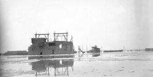 Вид затопленных деревянных сооружений на месте быков строящегося моста