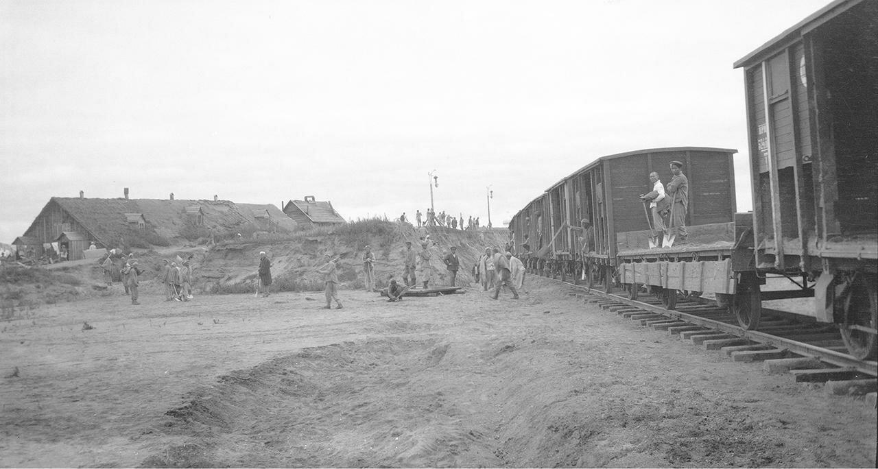 Земляные работы у железнодорожного пути близ церкви Спаса Нередицы
